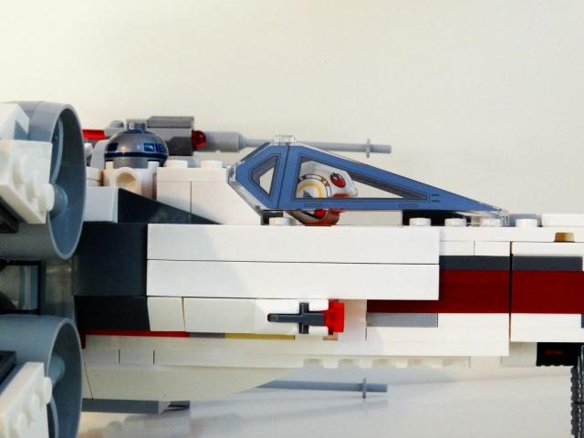 Seitenansicht des X-Wing mit Luke Skywalker im Cockpit.