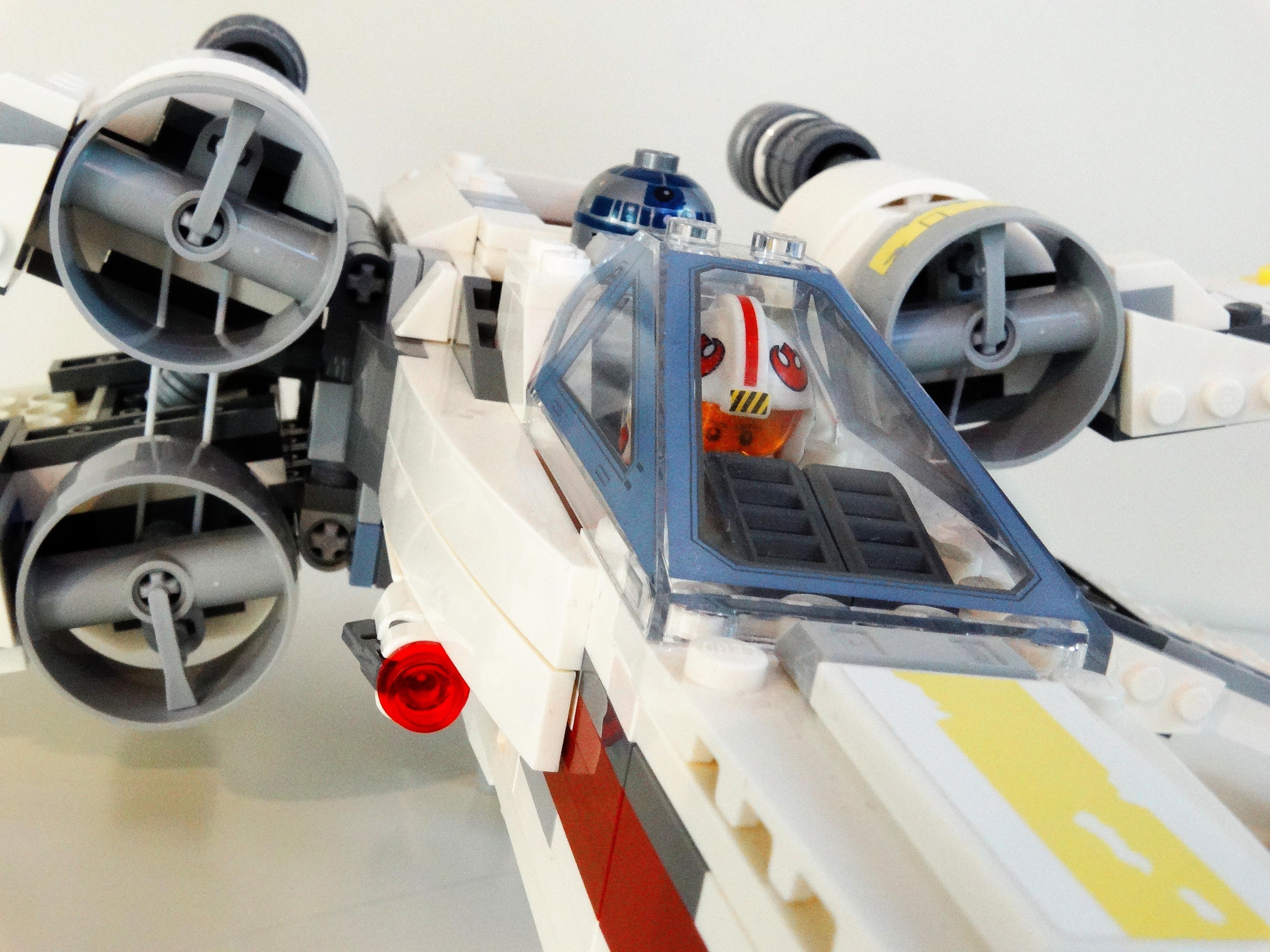 Nahaufnahme des Lego X-Wing 75218 mit Blick auf Cockpit und Triebwerke.