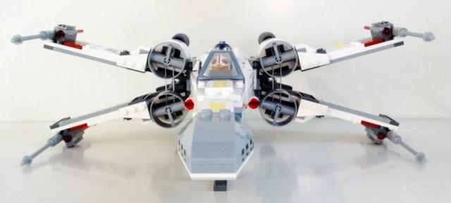 Frontalansicht des X-Wing mit geöffneten Tragflächen.