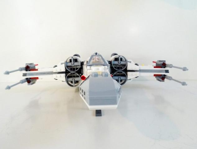 Frontansicht des X-Wing mit geschlossenen Flügeln.