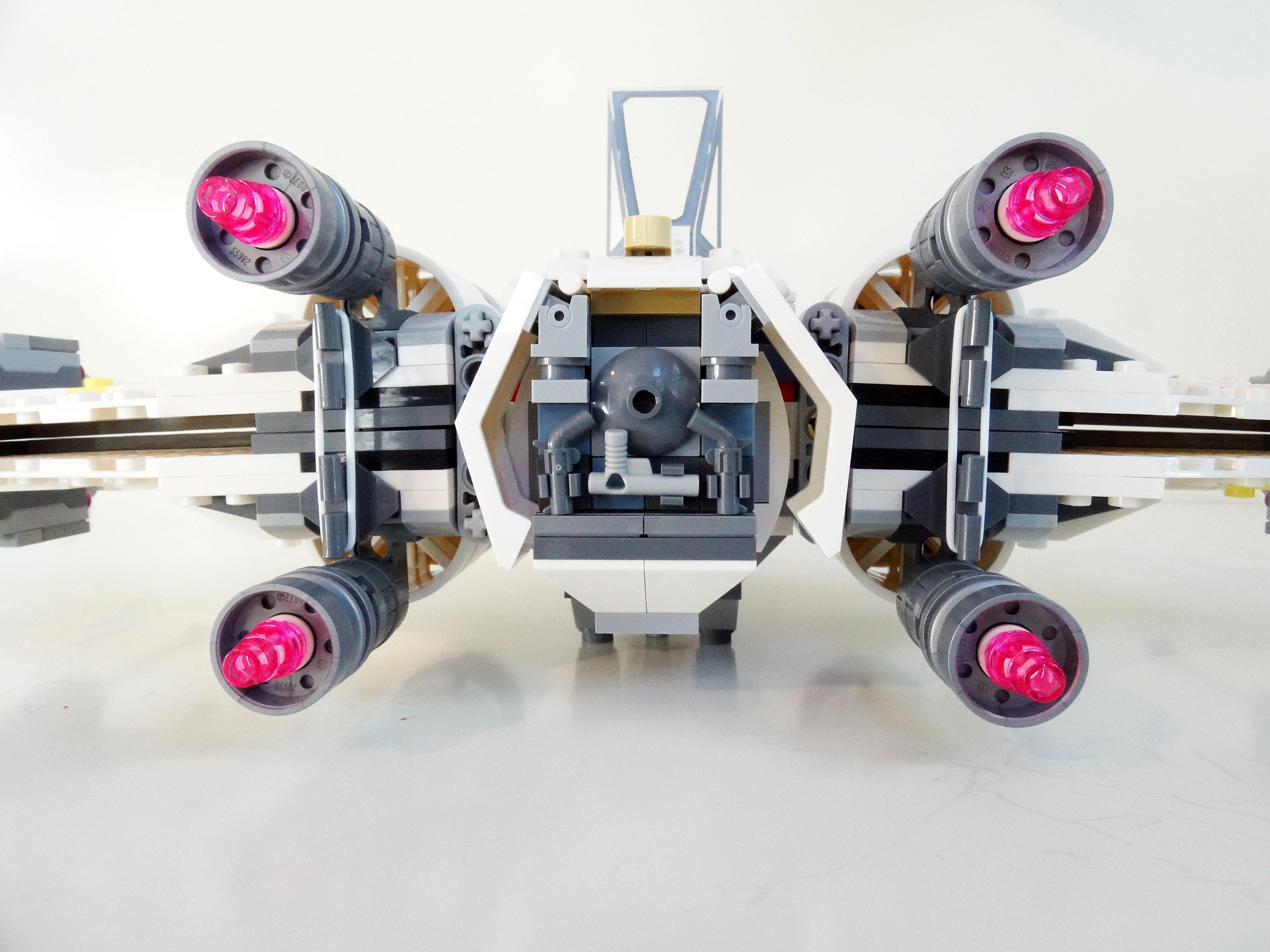 Rückseite des X-Wing mit den vier Triebwerken und den beiden weißen Gummibändern zur Stabilisierung der vier Flügel.