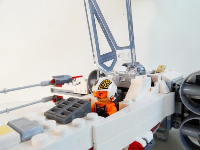 Nahaufnahme von Biggs Darklighter im Cockpit mit geöffneter Haube.