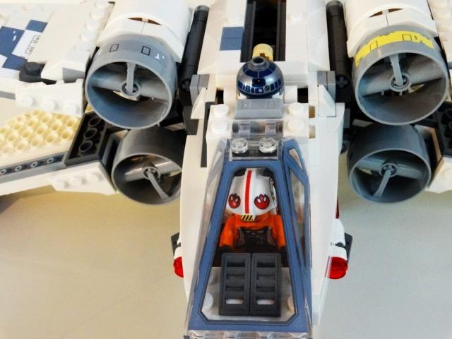 Blick von schräg oben auf den Cockpit- und Triebwerksbereich des LEGO X-Wing 75218.