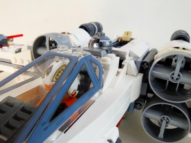 Nahaufnahme des Cockpitbereiches des Lego X-Wing 75218 bei geschlossener Haube.