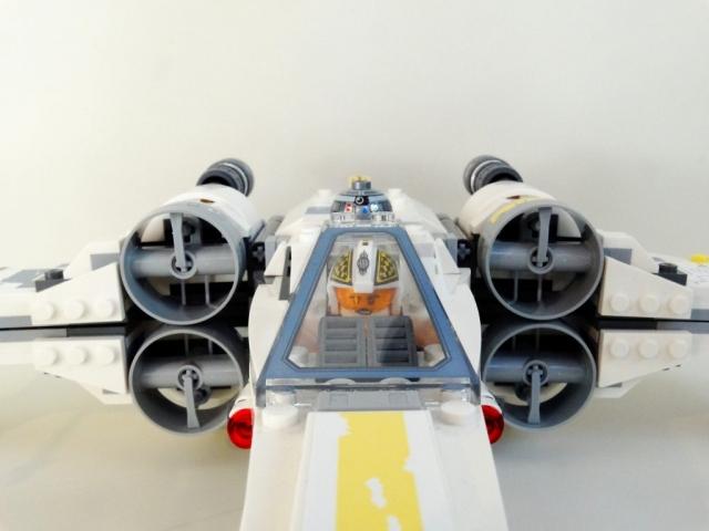 Nahaufnahme des Cockpits m,it Biggs Darklighter am Steuer bei geschlossener Haube.