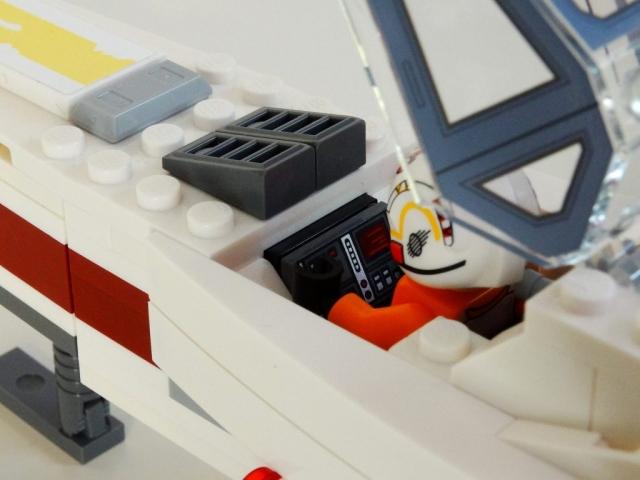 Blick in das geöffnete Cockpit des Lego X-Wing 75218.
