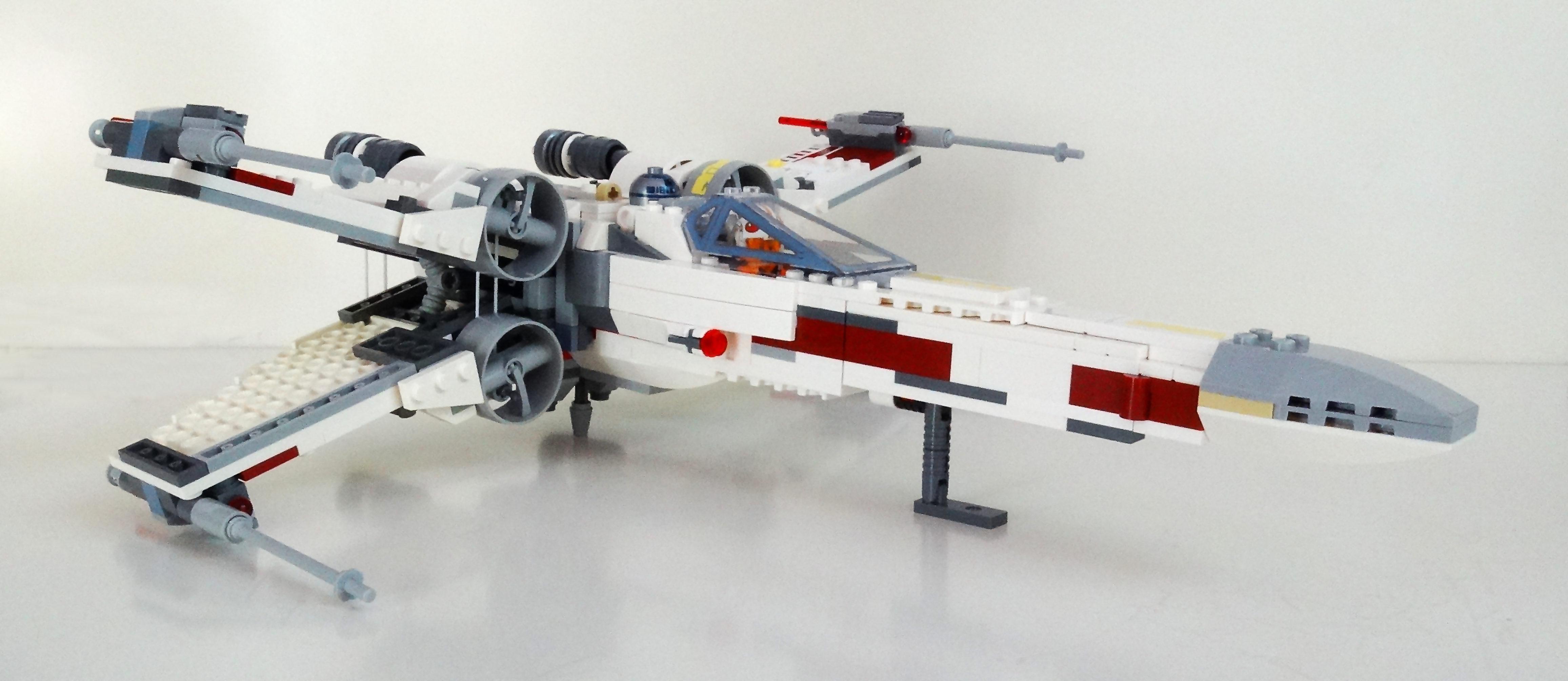 LEGO X-Wing 75218 schräg von der Seite mit geöffneten Flügeln.
