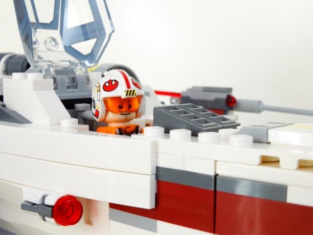 Nahaufnahme von Luke Skywalker im Cockpit des X-Wing mit geöffneter Haube.