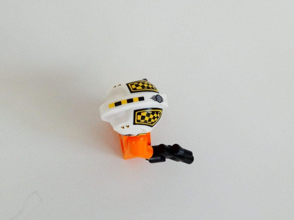 Biggs Darklighter mit aufgezogenem Helm aus der Vogelperspektive.