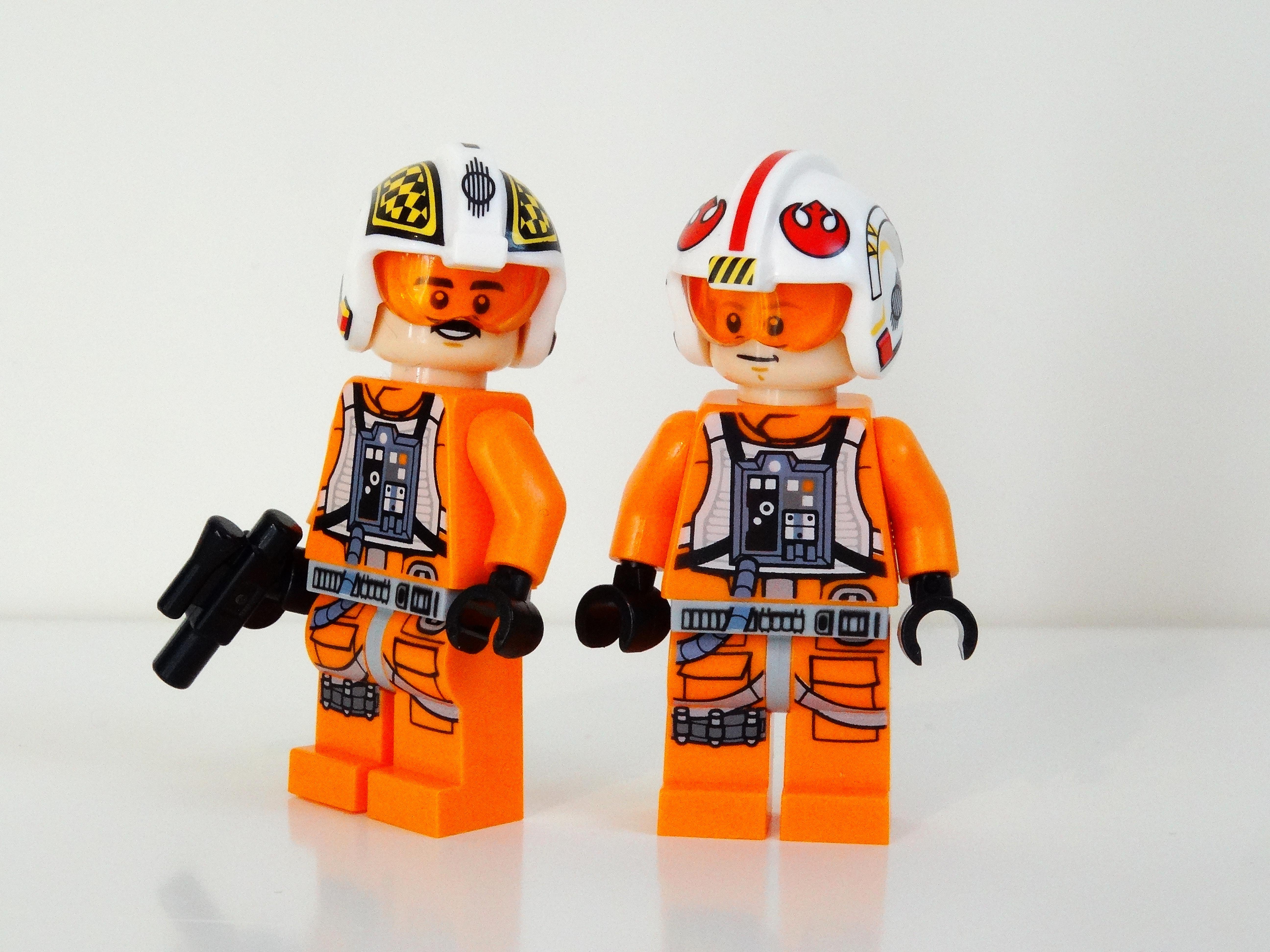 Biggs Darklighter und Luke Skywalker mit Helm als Lego-Minifiguren.