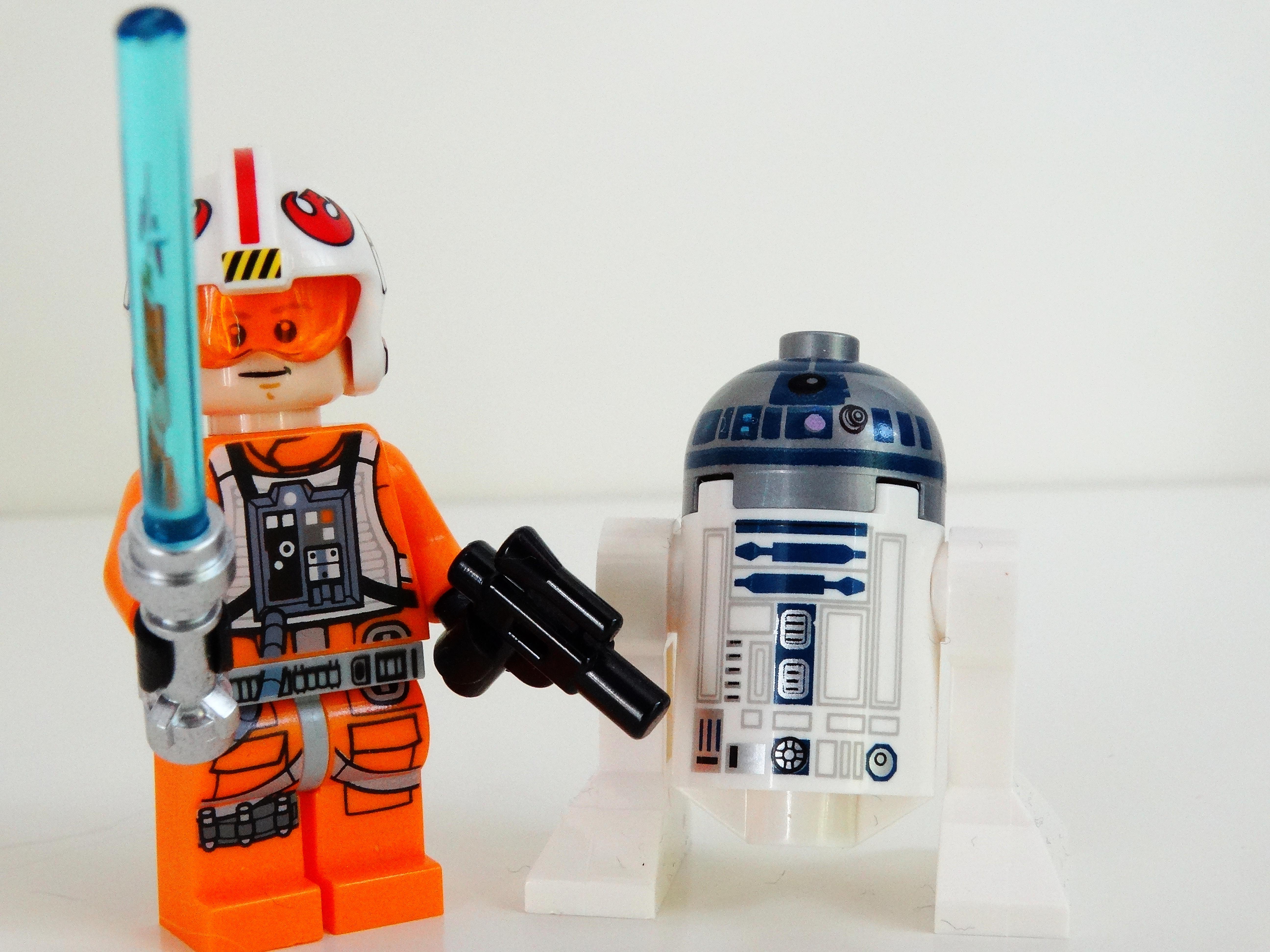 Vorderansicht von Luke Skywalker und R2-D2.