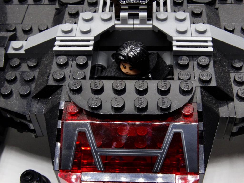 Kylo Ren im Cockpit bei offener Einstiegsluke.