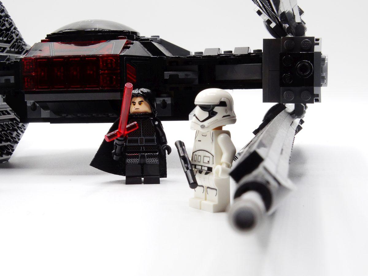 Kylo Ren und der Stormtrooper vor dem Tie silencer.