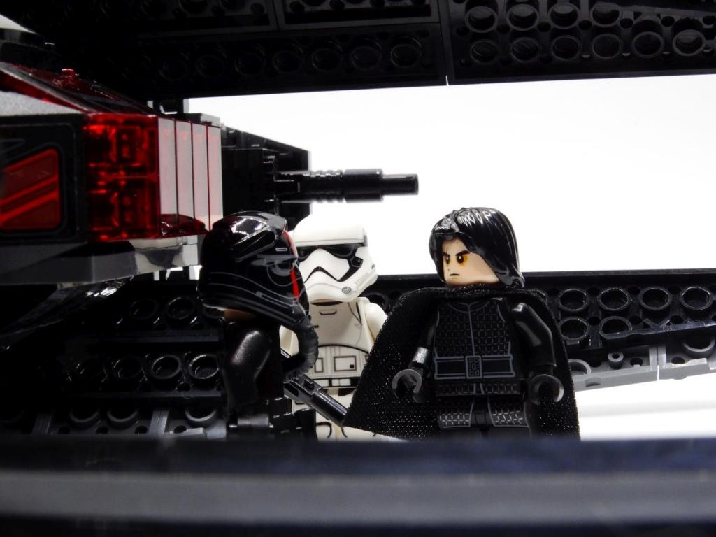 Nahaufnahme von Kylo Ren, dem Tie-Piloten und dem First-Order-Stormtrooper zwischen den Flügeln vor dem Cockpit.