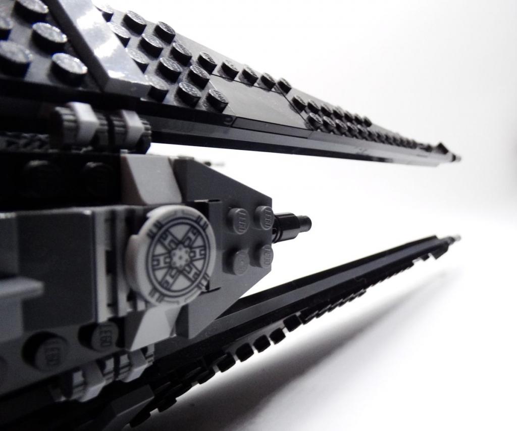 Schräg-seitlicher Blick entlang der rechten Flügelpartie; zu sehen ist eine im charakteristischen Tie-Stil bedruckte Scheibe.