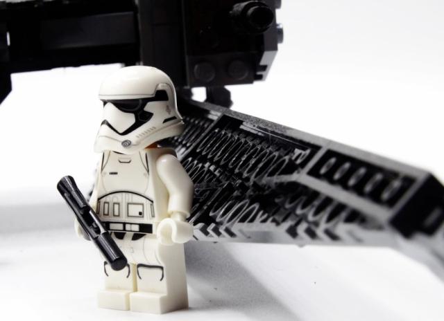 Stormtrooper-Minifur am unteren linken Flügel von Kylo Ren's Tie Fighter.