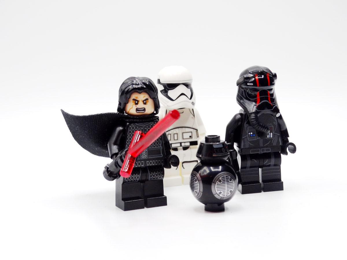 Die vier Minifiguren des Sets: Kylo Ren, ein First-OrderStormtrooper, der Droide BB-9E und ein TIE-Pilot.