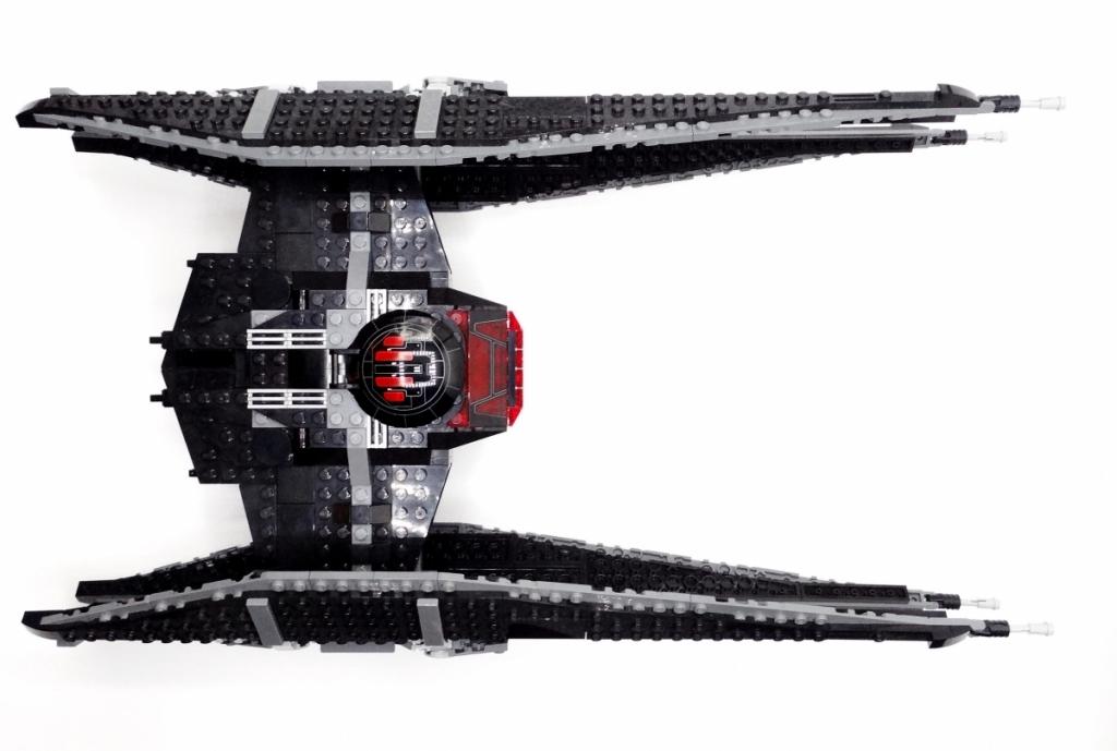 Blick auf die Oberseite von Lego Kylo Ren's Tie Fighter
