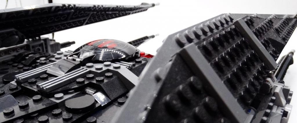 Schräge Perspektive auf Flügel und Rumpf von Kylo Ren's Tie Fighter; in der Mitte liefert die mit roten Akzenten bedruckte Cockpitluke ein Highlight.